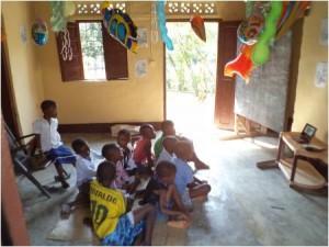 Die Kinder schauen sich das Video der Wiesbachschule an.